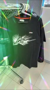 Saatiin vaaterekkiin tyylikkäitä Ralli Yaris -aiheisia t-paitoja.